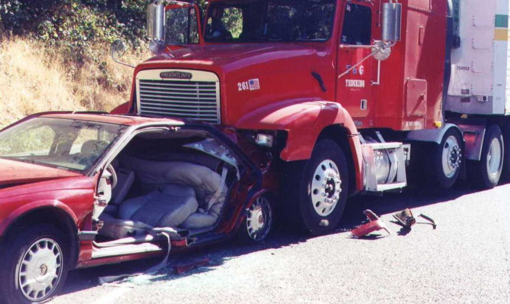 El Mejor Bufete Legal de Abogados de Accidentes de Semi Camión, Abogados Para Demandas de Accidentes de Camiones Bakersfield California